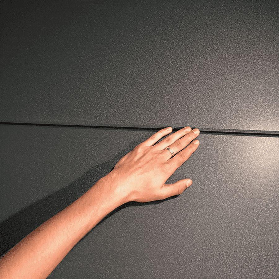 Hand an Paneelübergang