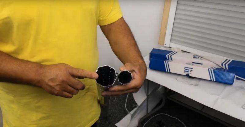 Mann hält Achtkant-Rollladenwelle und Sechskant-Rollladenwelle nebeneinander